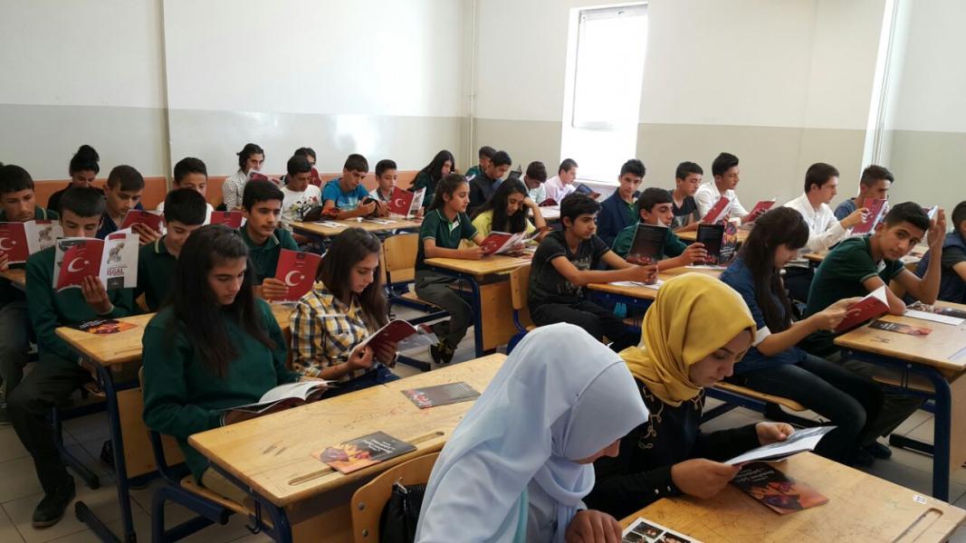Okulumuzda 15 Temmuz Şehitlerini anma etkinliği kapsamında öğrencilerimize broşür dağıtımı yapıldı.