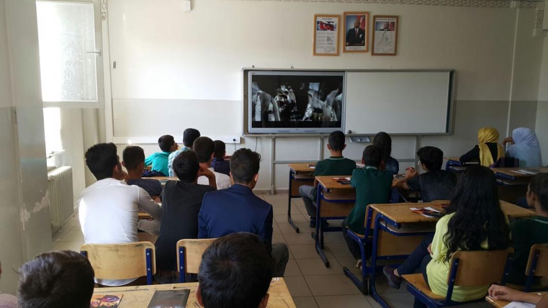 Öğrencilerimiz yeni eğitim öğretim yılına 15 Temmuz şehitlerini anarak başladı.